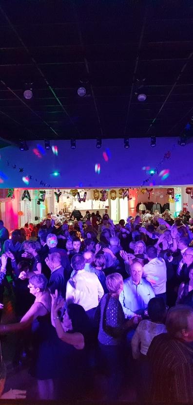 Organisation d'une soirée dansante professionnelle. Salle décorée avec une piste de danse pour un événement d'entreprise organisé par l'Agence Amoren au BiO'Pôle de LÉA à Périgny, la Rochelle. Animation musicale.