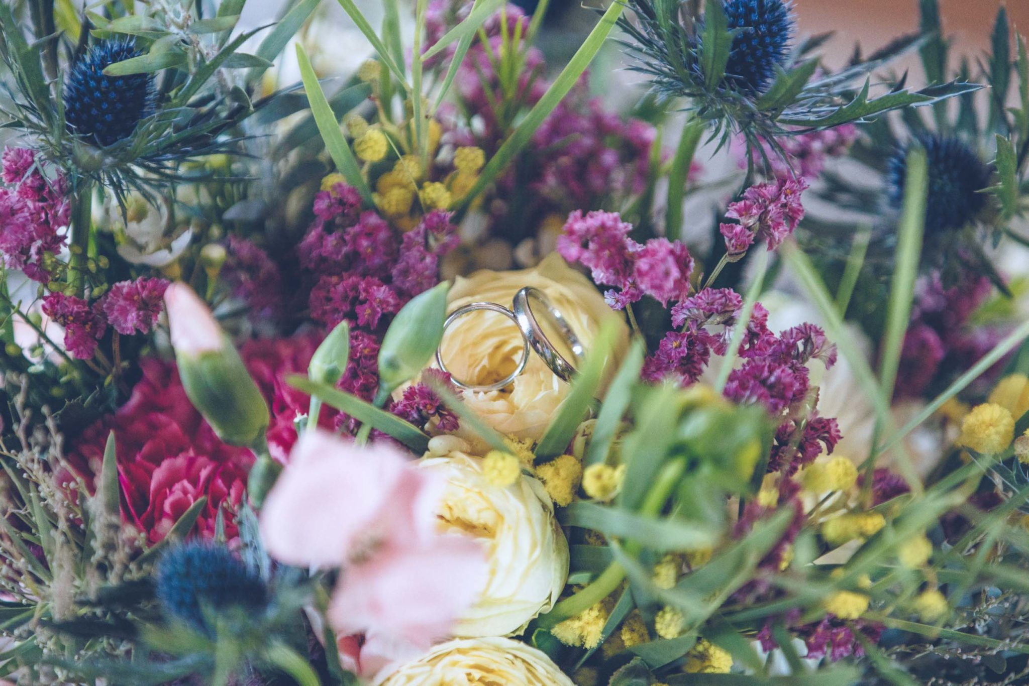 Bouquet de fleurs dans le cadre de l'organisation d'un mariage au Château pape Clément, à Pessac. Mariage organisé par l'Agence Amoren. Photo prise par Tristan Perrier.