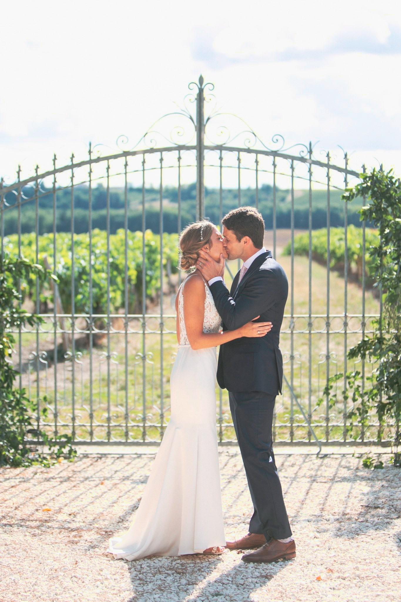 Baiser d'un couple qui se marie. Organisation du mariage par l'Agence Amoren. événement à Birac, La Vue France. Photo prise par Anneli Marinovich.