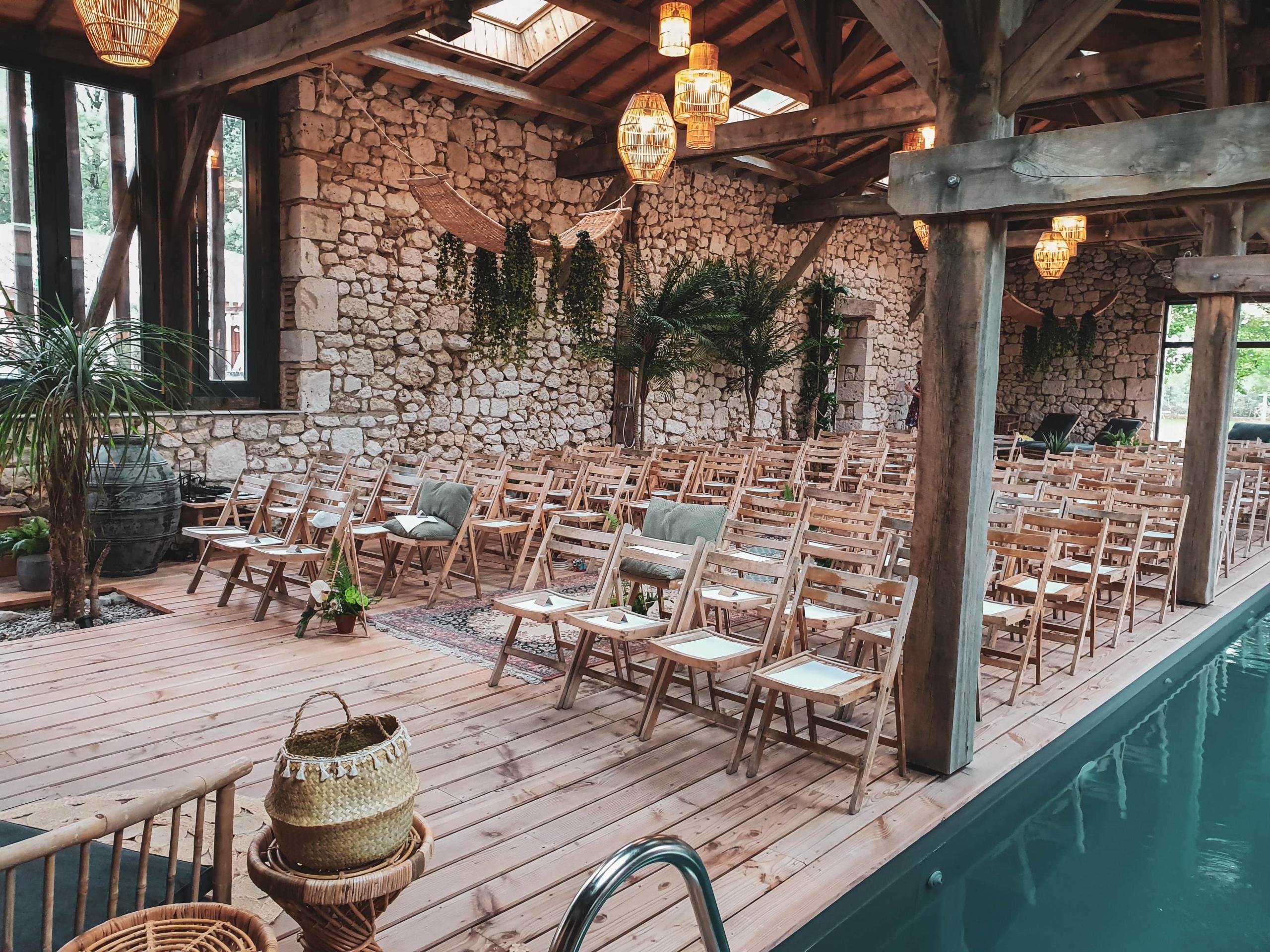 Lieu d'un mariage avec réception des convives au Clos des Charmes, à étaimpuis. évènement organisé par l'Agence Amoren.