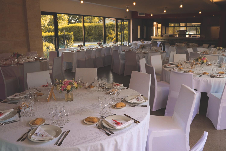 Lieu de réception d'un anniversaire en intérieur, organisé par l'agence événementielle Amoren. Tables décorées pour le repas du mariage et ambiance musicale.